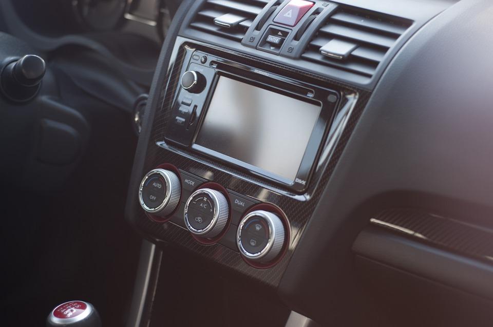 Jak zadbać o czyste powietrze w aucie? Serwisowanie klimatyzacji samochodowej