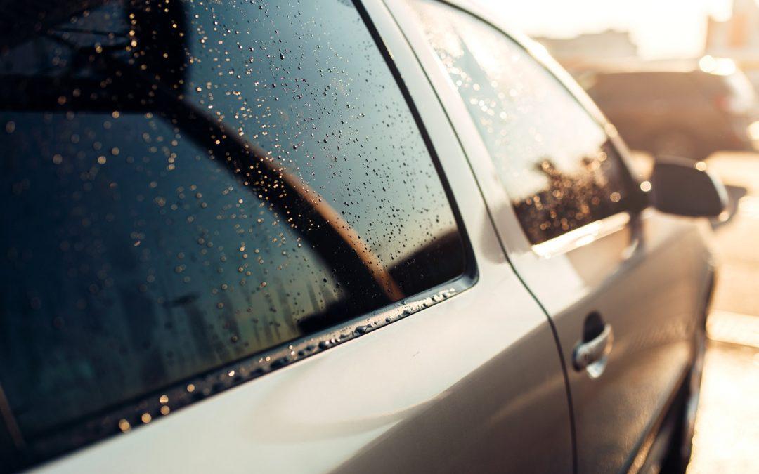 Dlaczego przyciemnianie szyb samochodowych warto zlecić firmie?